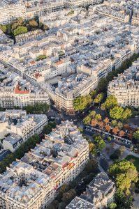 Vue aérienne des immeubles haussmanniens d'un quartier de Paris