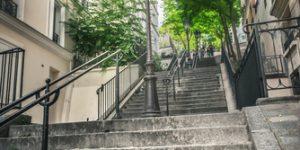 Vue des escaliers en pierre pour monter à Montmartre à Paris.